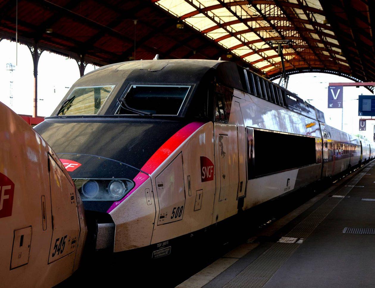 Train SNCF à quai dans une gare