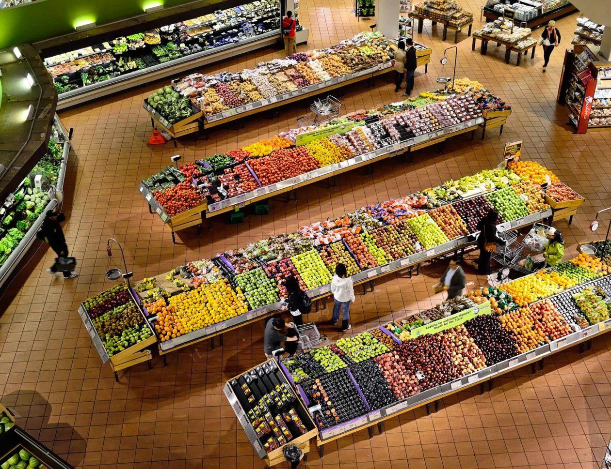 Vu du dessus sur les fruits et légumes d'un supermarché