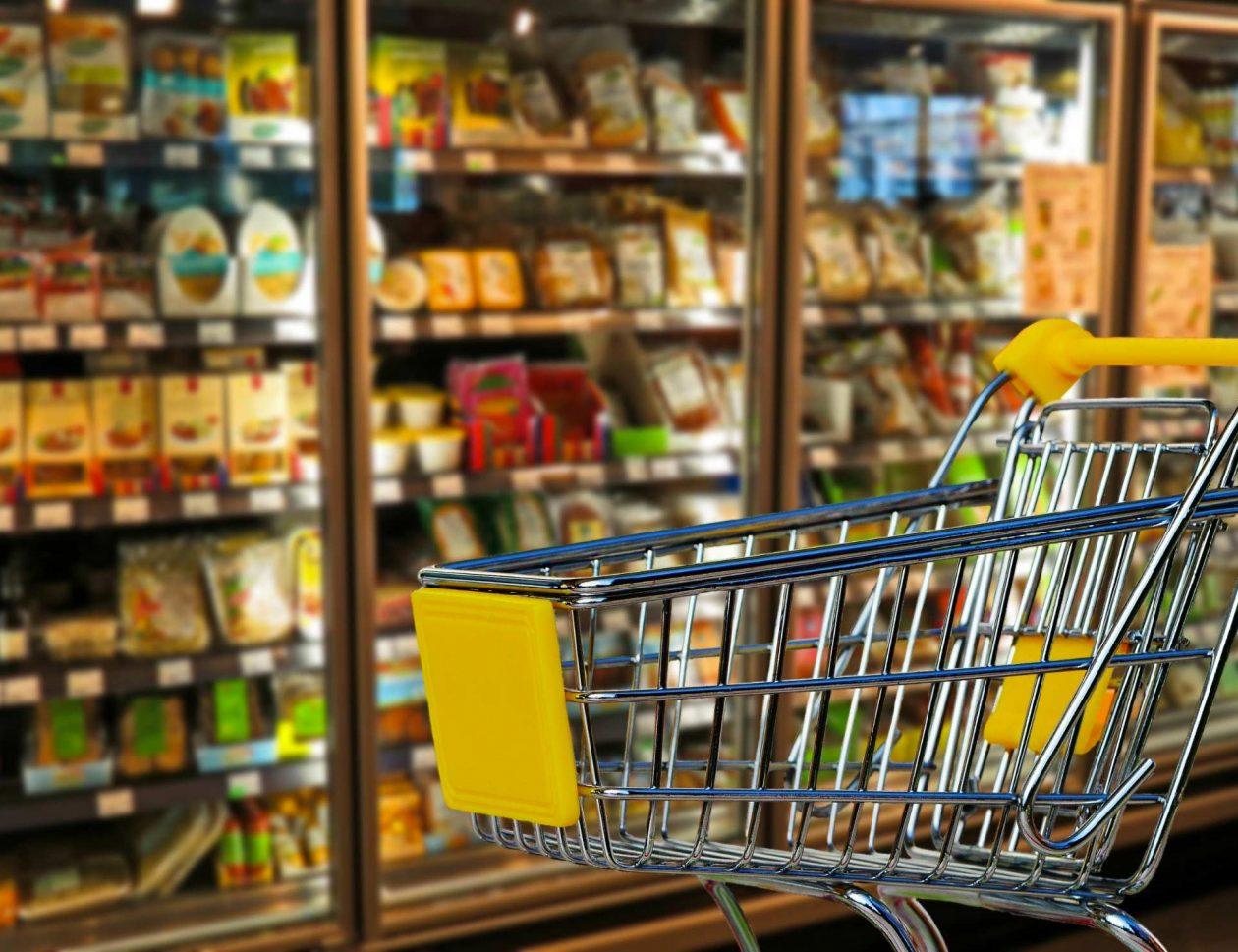 Chariot vide devant un rayon de supermarché