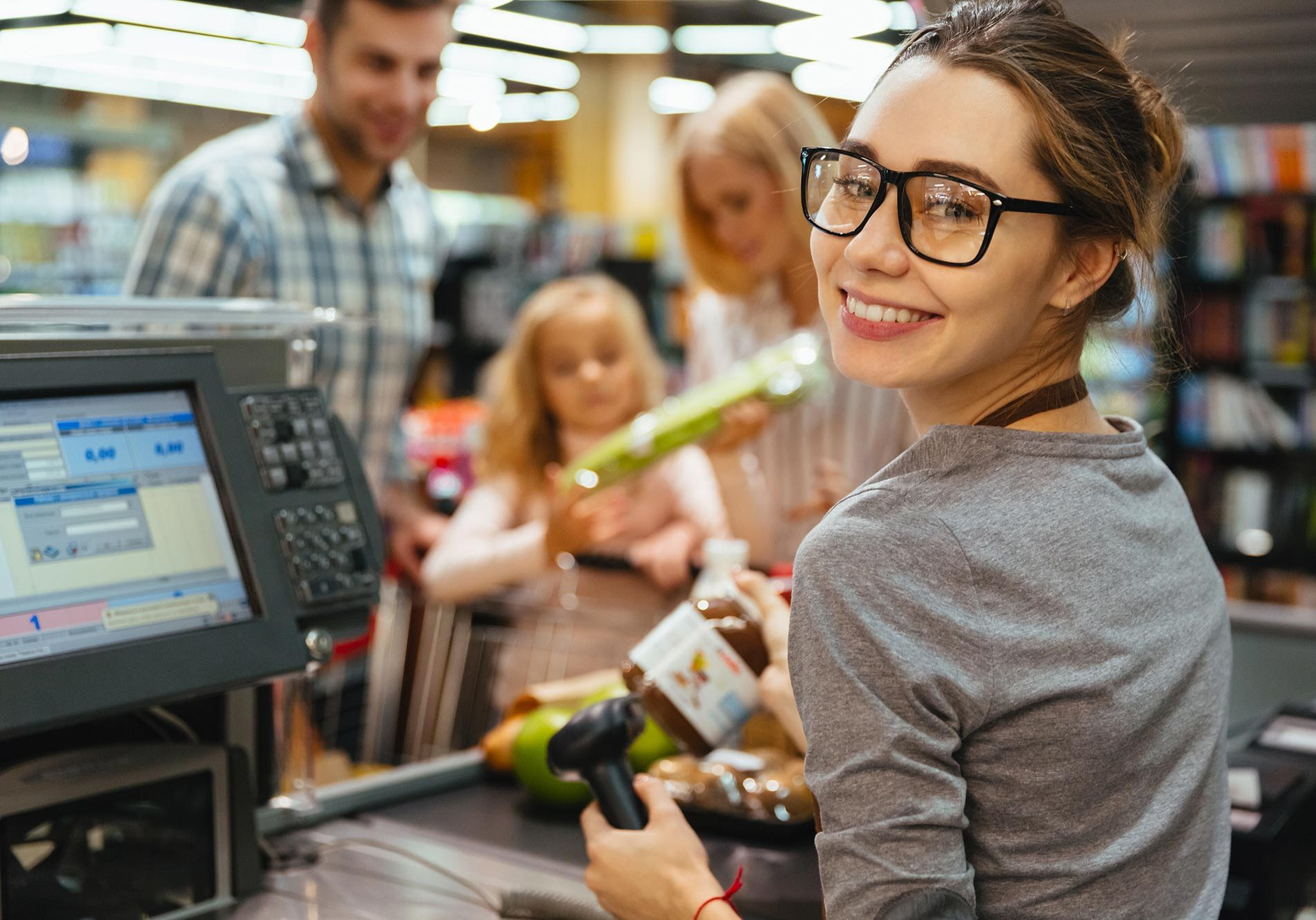 Caissière d'un supermarché souriante